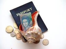 Dinero en circulación y pasaporte de Bermudas del shell del mar Foto de archivo libre de regalías