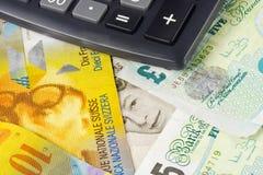 Dinero en circulación BRITÁNICO y suizo de la divisa - Imagen de archivo libre de regalías