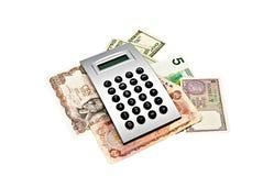 Dinero en circulación del mundo con la calculadora Foto de archivo libre de regalías