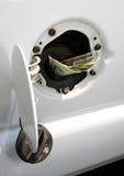 Dinero en depósito de gasolina Foto de archivo