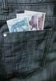 Dinero en el bolsillo de los pantalones vaqueros Fotos de archivo libres de regalías