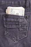 Dinero en el bolsillo de los vaqueros Foto de archivo