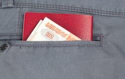 Dinero en el bolsillo de sus pantalones Foto de archivo libre de regalías