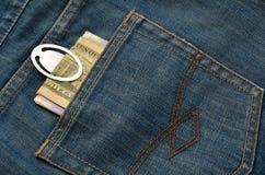 Dinero en el bolsillo trasero de vaqueros Imagen de archivo