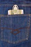Dinero en el bolsillo trasero de vaqueros Fotos de archivo