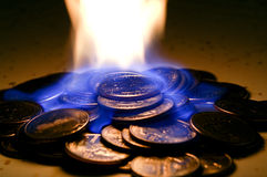 Dinero en el fuego Fotos de archivo libres de regalías