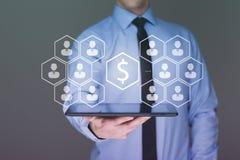 Dinero en el hombre de negocios de la tableta, concepto de la idea del negocio Imagen de archivo