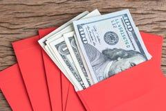 Dinero en el regalo chino del saludo del Año Nuevo de los sobres rojos, cerrado para arriba Fotografía de archivo libre de regalías