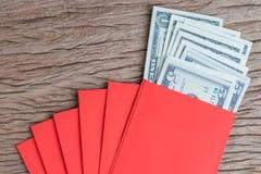 Dinero en el regalo chino del saludo del Año Nuevo de los sobres rojos, pila de U Fotografía de archivo