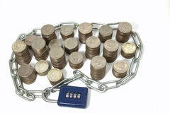 Dinero en encadenamiento y candado Imagenes de archivo