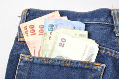 Dinero en Jean Fotos de archivo