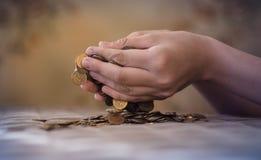 Dinero en la basura, el hundimiento de la crisis del mercado financiero Fotos de archivo