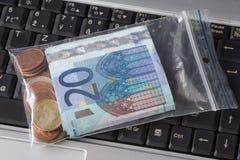 Dinero en la bolsa de plástico Fotografía de archivo libre de regalías