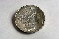 Dinero en la caja de plata brillante en la tabla Acción euro de la moneda de los países diferentes Foto de archivo