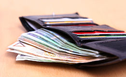 Dinero en la carpeta de cuero fotos de archivo libres de regalías