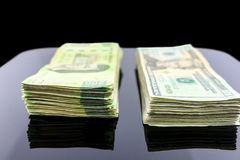 Dinero en la tabla Imágenes de archivo libres de regalías