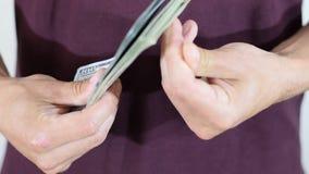 Dinero en las manos de hombres almacen de metraje de vídeo