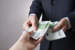 Dinero en las manos de la gente Foto de archivo libre de regalías