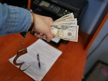 Dinero en las manos de un bandido Crimen financiero imagen de archivo