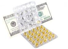 Dinero en las medicinas aisladas Foto de archivo