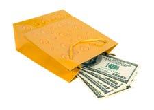 Dinero en los bolsos del regalo. Imagen de archivo