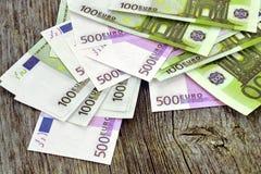 Dinero en los tableros de madera del fondo Fotografía de archivo