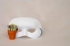 Dinero en pote de la terracota con la máscara blanca Fotografía de archivo libre de regalías