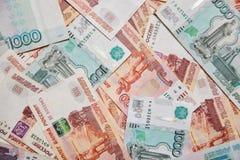 Dinero en Rusia Primer de las rublos rusas en cinco mil y mil billetes de banco foto de archivo libre de regalías