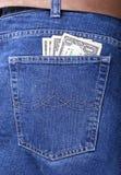 Dinero en un bolsillo de pantalones vaqueros Foto de archivo