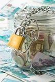 Dinero en un crisol. imagen de archivo