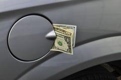Dinero en un depósito de gasolina fotos de archivo