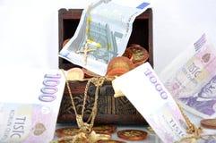 Dinero en un pecho Fotografía de archivo libre de regalías