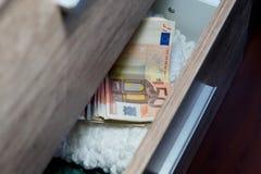 Dinero en un pecho de cajones Imagenes de archivo