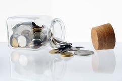 Dinero en un tarro de cristal abierto Fotografía de archivo libre de regalías