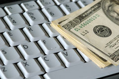 Dinero en un teclado Imágenes de archivo libres de regalías
