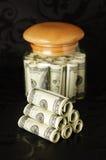 Dinero en una batería. Fotos de archivo
