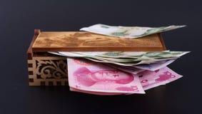 Dinero en una caja imagenes de archivo