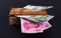 Dinero en una caja foto de archivo