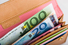 Dinero euro en cartera Foto de archivo