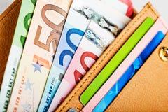Dinero euro en cartera Imágenes de archivo libres de regalías