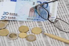 Dinero euro en la bolsa Fotos de archivo