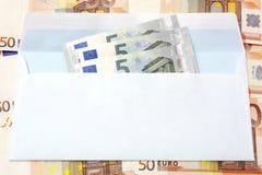 Dinero euro en un fondo del sobre y del efectivo Imágenes de archivo libres de regalías