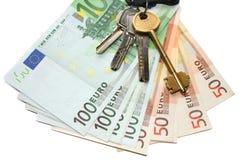 Dinero euro y claves Fotos de archivo
