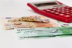 Dinero euro y la calculadora Foto de archivo