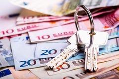 Dinero euro y llaves, fotografía de archivo