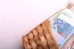 Dinero europeo en la cesta de madera, dólares, euro Foto de archivo