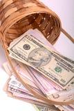 Dinero europeo en la cesta de madera, hryvnia, dólares, euro Fotos de archivo libres de regalías