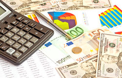 Dinero, gráficos financieros y materia del otro sector Fotografía de archivo