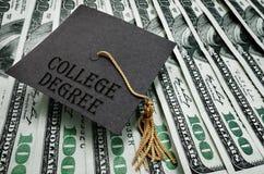 Dinero graduado del título universitario foto de archivo