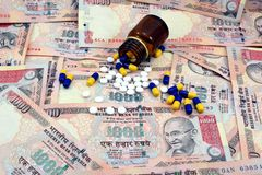 Dinero indio, notas de 1000 rupias con las medicinas Imagenes de archivo